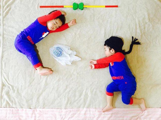 Dù đã ngủ say, cặp sinh đôi này vẫn được mẹ hóa trang cho xinh đừng hỏi  - Ảnh 4.