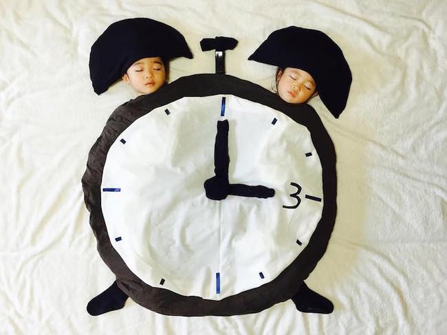 Dù đã ngủ say, cặp sinh đôi này vẫn được mẹ hóa trang cho xinh đừng hỏi  - Ảnh 6.