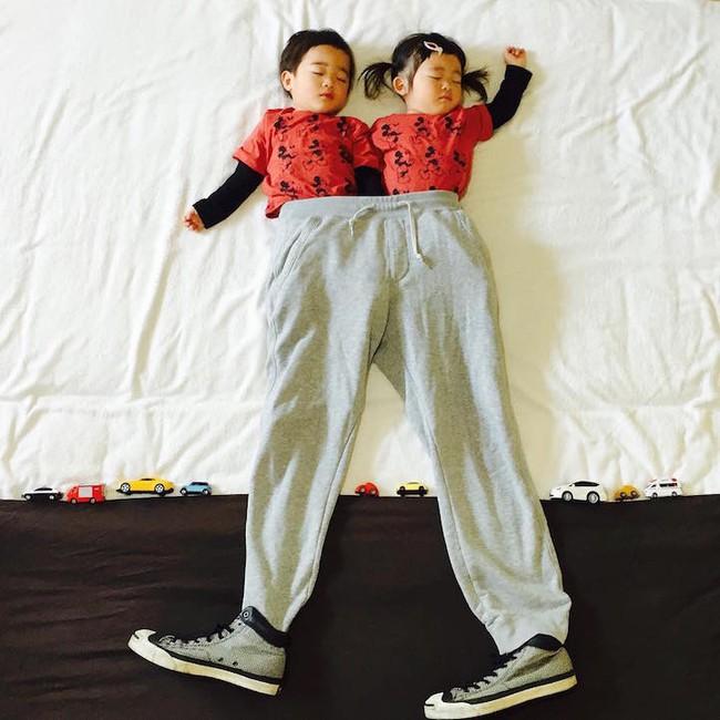 Dù đã ngủ say, cặp sinh đôi này vẫn được mẹ hóa trang cho xinh đừng hỏi  - Ảnh 9.