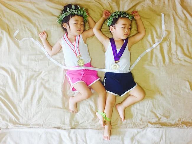 Dù đã ngủ say, cặp sinh đôi này vẫn được mẹ hóa trang cho xinh đừng hỏi  - Ảnh 10.