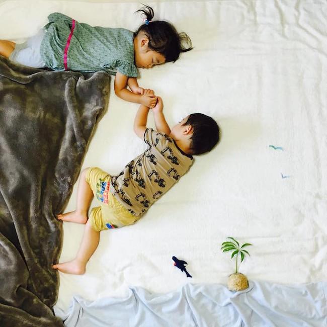Dù đã ngủ say, cặp sinh đôi này vẫn được mẹ hóa trang cho xinh đừng hỏi  - Ảnh 12.
