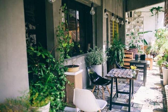 Ngắm mưa ở Sài Gòn, nhất định phải ghé 4 quán cafe này! - Ảnh 6.