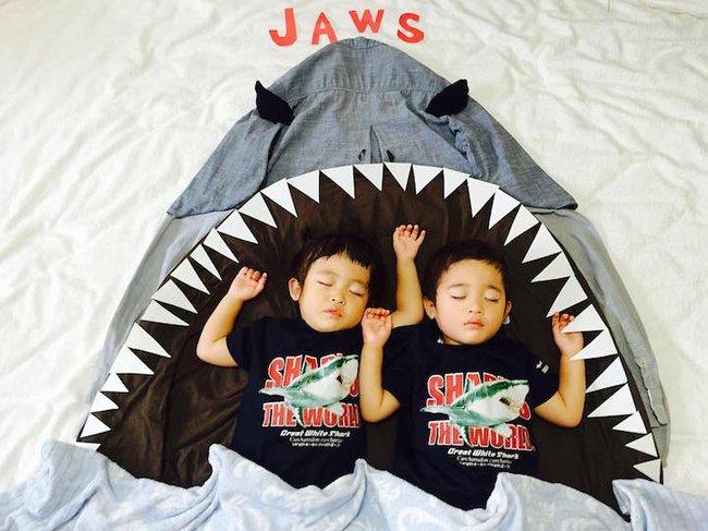 Dù đã ngủ say, cặp sinh đôi này vẫn được mẹ hóa trang cho xinh đừng hỏi  - Ảnh 15.