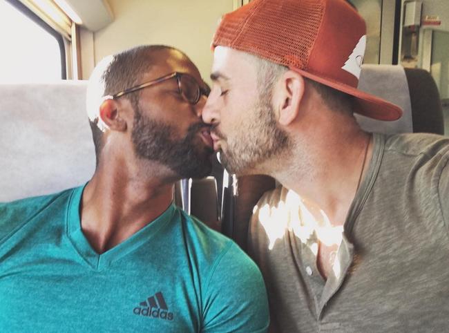 Hàng nghìn cặp đôi đồng tính hôn nhau để chứng minh tình yêu là bất diệt - Ảnh 11.