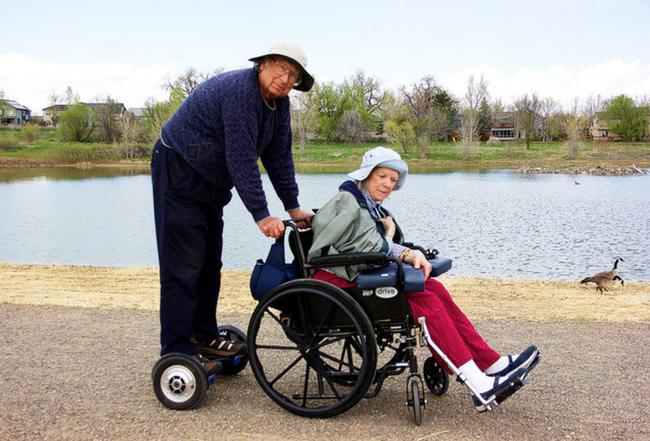 Cảm động với ông lão 78 tuổi Đưa em đi khắp thế gian bằng xe điện tự cân bằng - Ảnh 1.