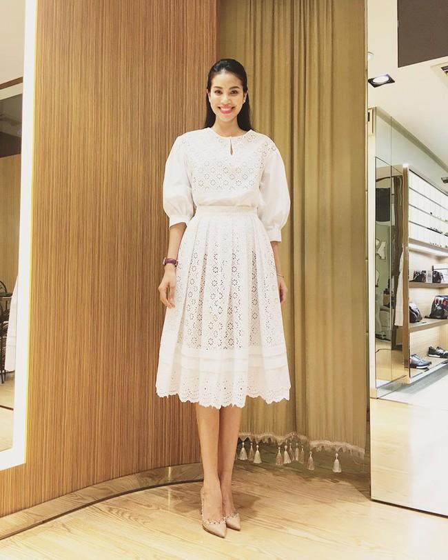 Phạm Hương diện váy xinh như công chúa, bộ đôi SNSD để lộ nội y tại sân bay - Ảnh 1.