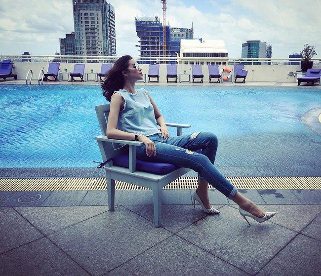 Phạm Hương mặc jeans vẫn sang như thường, Lilly Nguyễn lộ dáng thô vì đồ cá tính - Ảnh 1.