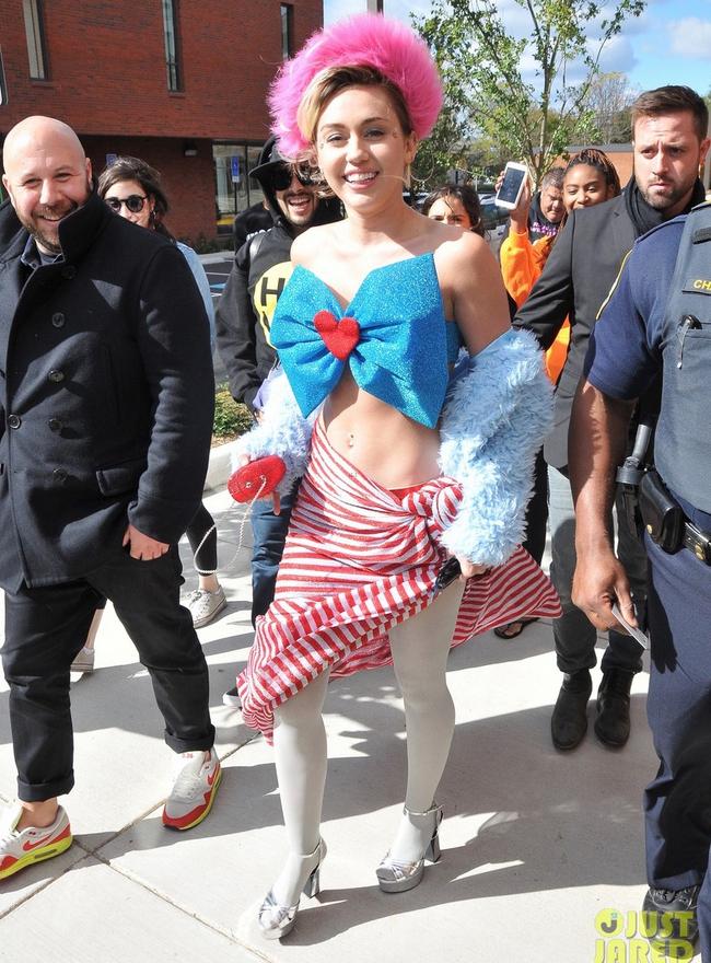 Mặt mộc cùng bắp tay vạm vỡ của Mai Ngô cũng không là gì so với street style kỳ quái của Miley Cyrus