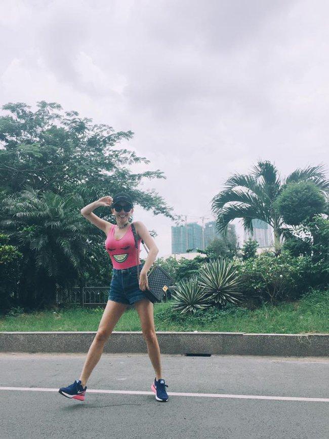 Phạm Hương mặc jeans vẫn sang như thường, Lilly Nguyễn lộ dáng thô vì đồ cá tính - Ảnh 3.