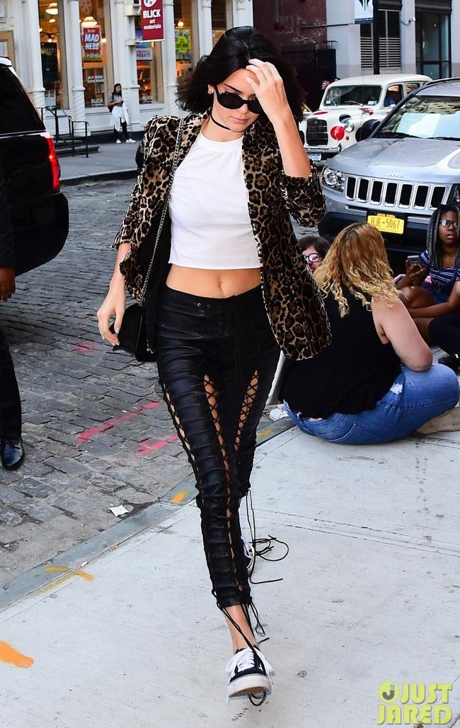 Kim Kardashian mặc như thế này thì dù dị đến mấy, Mai Ngô cũng chào thua! - Ảnh 22.