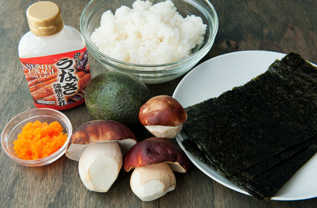 Làm sushi cuộn nấm cắn vào là giòn tan - Ảnh 1.