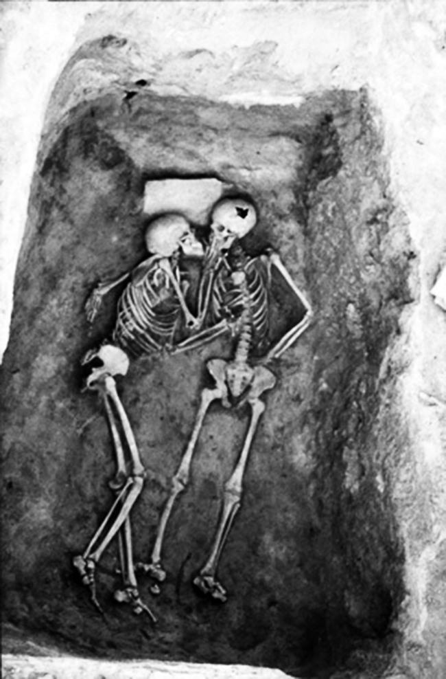 Tình yêu vĩnh cửu qua bức ảnh nụ hôn 2.800 năm khiến nhiều người xúc động - ảnh 1