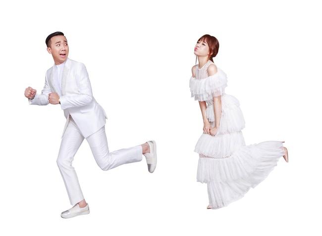 Đến việc chụp ảnh làm thiệp cưới, Trấn Thành và Hari Won cũng kỳ quặc chẳng giống ai - Ảnh 2.