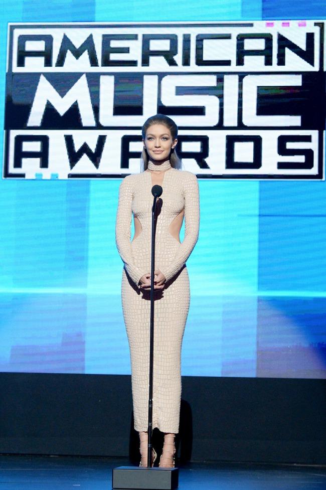 6 lần biến hóa lộng lẫy như nữ thần của Gigi Hadid ở AMA 2016 - Ảnh 9.