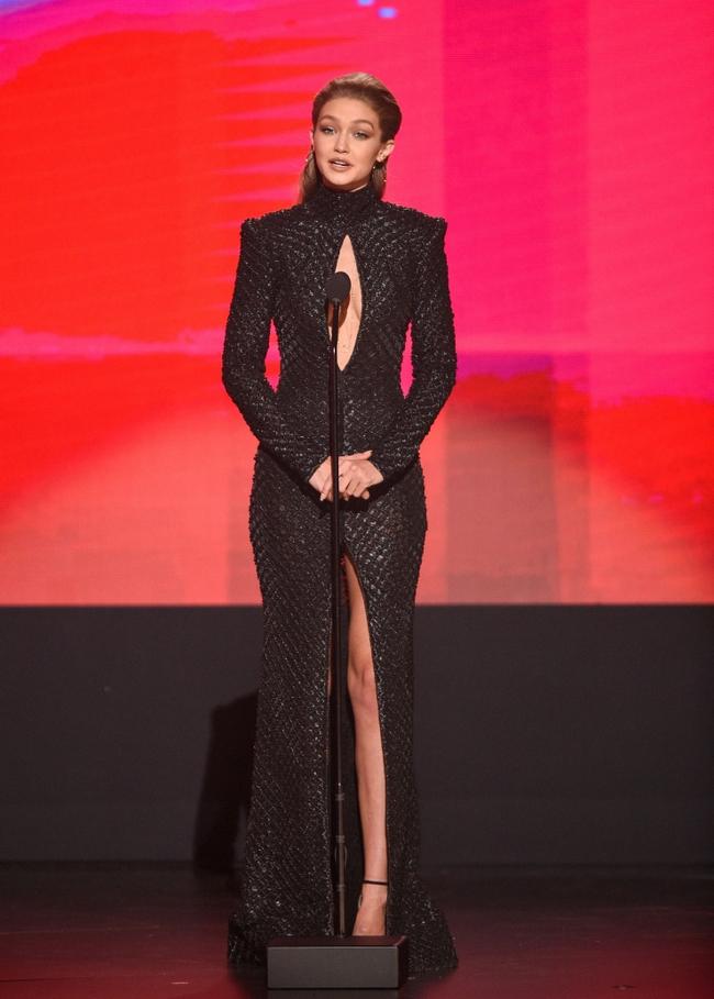 6 lần biến hóa lộng lẫy như nữ thần của Gigi Hadid ở AMA 2016 - Ảnh 12.