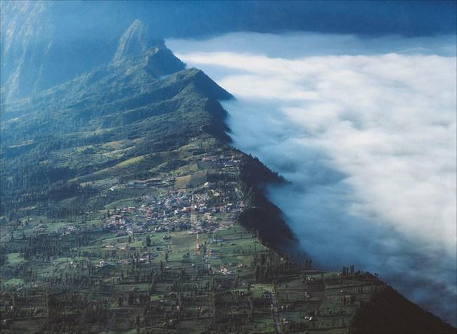 Ở ngay gần Việt Nam thôi, bạn có thể trải nghiệm cảm giác săn mây trên đỉnh núi lửa! - Ảnh 7.