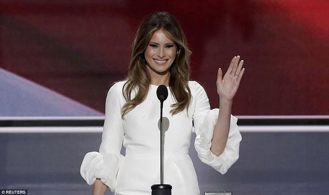 Dính tin đồn bị tẩy chay nhưng loạt đồ hiệu vợ Donald Trump mặc vẫn được bán hết veo trong nháy mắt! - Ảnh 4.