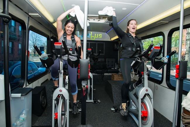 Khỏi đi gym nữa, giờ đây bạn có tập thể dục mỗi sáng trên xe buýt được rồi! - Ảnh 3.