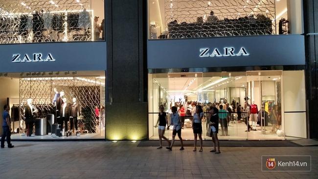 Gần đến giờ đóng cửa, store Zara Việt Nam vẫn đông nghịt, từng hàng dài chờ thanh toán hóa đơn cả chục triệu - Ảnh 22.