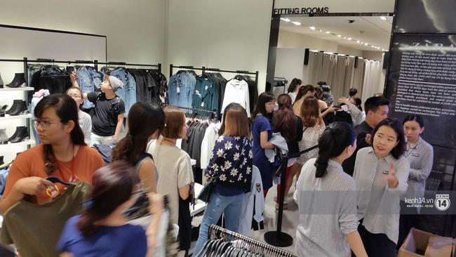 Gần đến giờ đóng cửa, store Zara Việt Nam vẫn đông nghịt, từng hàng dài chờ thanh toán hóa đơn cả chục triệu - Ảnh 8.