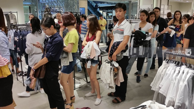 Gần đến giờ đóng cửa, store Zara Việt Nam vẫn đông nghịt, từng hàng dài chờ thanh toán hóa đơn cả chục triệu - Ảnh 10.