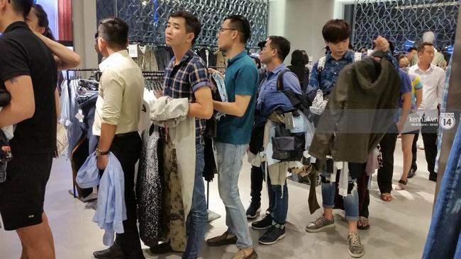 Gần đến giờ đóng cửa, store Zara Việt Nam vẫn đông nghịt, từng hàng dài chờ thanh toán hóa đơn cả chục triệu - Ảnh 9.