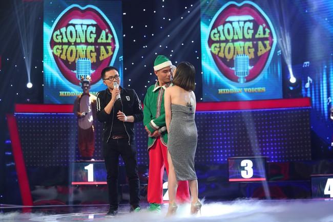 Hương Tràm bị thí sinh nam lừa để hôn môi ngay trên sân khấu - Ảnh 2.