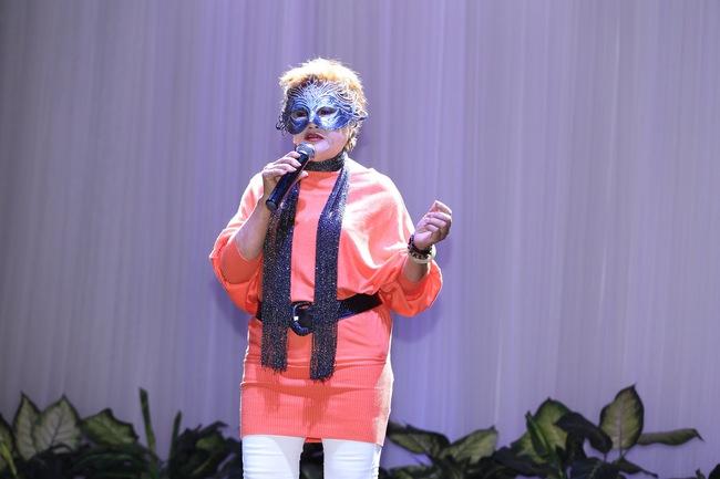Thêm một show ca hát giấu mặt lên sóng, xuất hiện nữ thí sinh 64 tuổi được ví như Susan Boyle! - Ảnh 1.