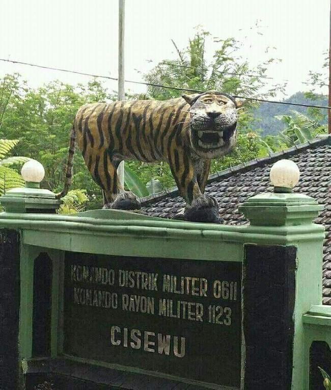 Loạt ảnh chế bức tượng hổ mặt ngáo không cười sặc nước bọt, không tính tiền - Ảnh 1.