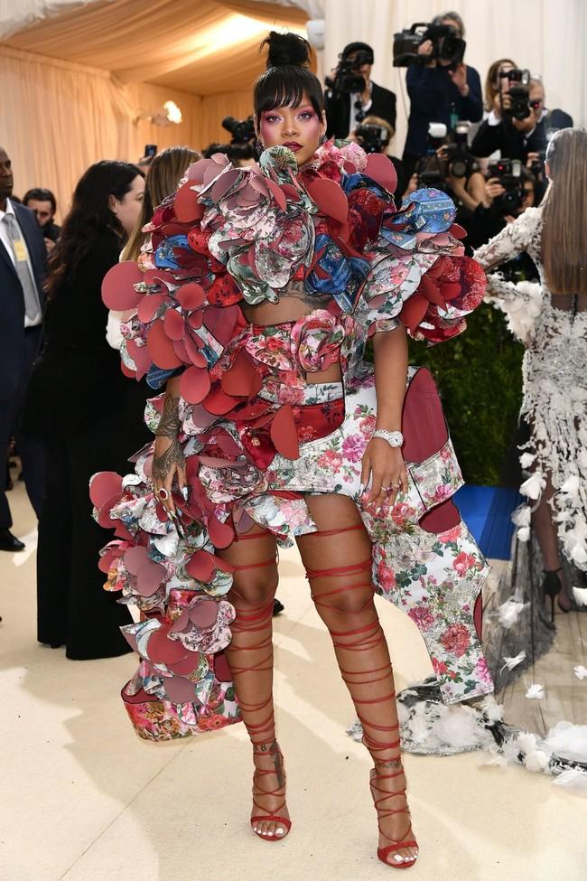 Met Gala 2017: Rihanna và Katy Perry thi nhau mặc dị, Cara Delevingne sơn bạc nguyên đầu - Ảnh 1.