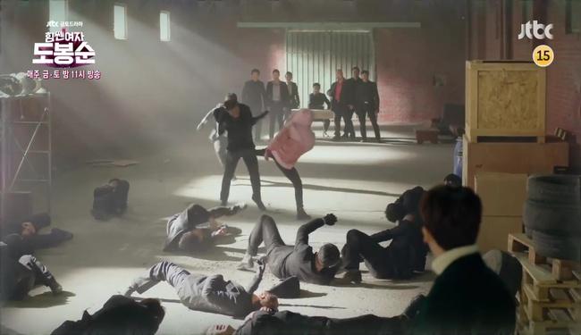 """""""Đú đởn"""" làm anh hùng cứu mĩ nhân, Park Hyung Sik nhận cái kết bất ngờ - Ảnh 2."""