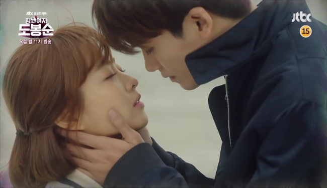 """Đừng xem tập 11 """"Do Bong Soon"""" nếu không muốn ghen lồng lộn với Park Bo Young! - Ảnh 2."""