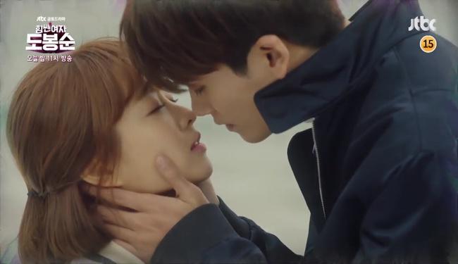"""Đừng xem tập 11 """"Do Bong Soon"""" nếu không muốn ghen lồng lộn với Park Bo Young! - Ảnh 3."""