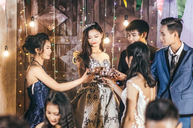 Độc nhất ở Thái Bình: Lớp học chi 40 triệu/đêm để hóa thân sang chảnh trong ảnh kỷ yếu phong cách dạ hội - Ảnh 7.