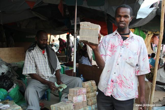 Quốc gia nghèo đến mức người dân chẳng có gì ngoài tiền, đành phải bán tiền để kiếm sống - Ảnh 4.