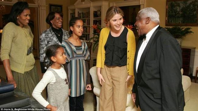 Những bức ảnh hiếm về 2 cô công chúa nhà Obama trong lần đầu đến Nhà Trắng - ảnh 1