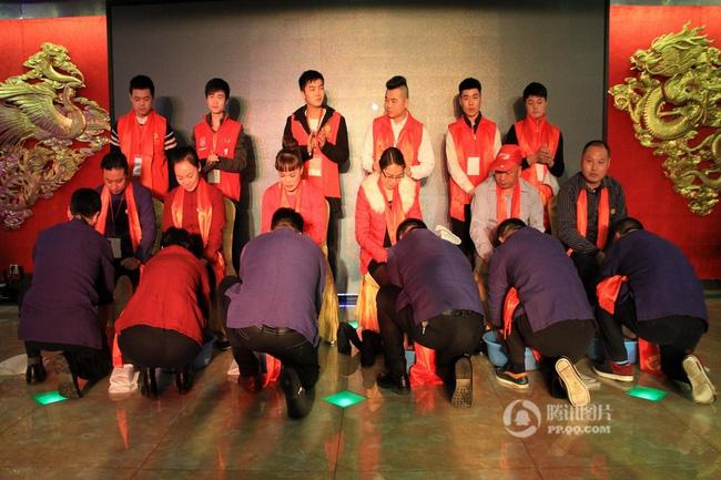 Trung Quốc: Lãnh đạo công ty tận tụy quỳ gối rửa chân cho nhân viên trong tiệc tất niên - ảnh 1