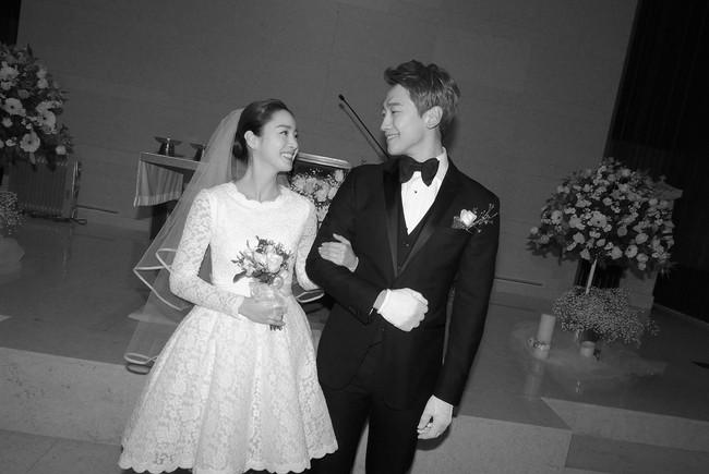 Không chỉ tổ chức đám cưới siêu tiết kiệm, Kim Tae Hee còn giản dị tới mức diện váy cưới không tên tuổi - Ảnh 1.