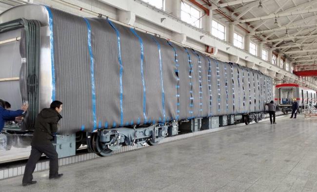 Cận cảnh đoàn tàu đường sắt Cát Linh - Hà Đông đang đóng gói, chuẩn bị vận chuyển về nước - Ảnh 1.