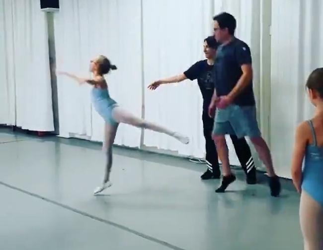 Bố nhà người ta không chỉ biết tết tóc mà còn múa ballet với con gái điệu nghệ như này cơ - ảnh 1