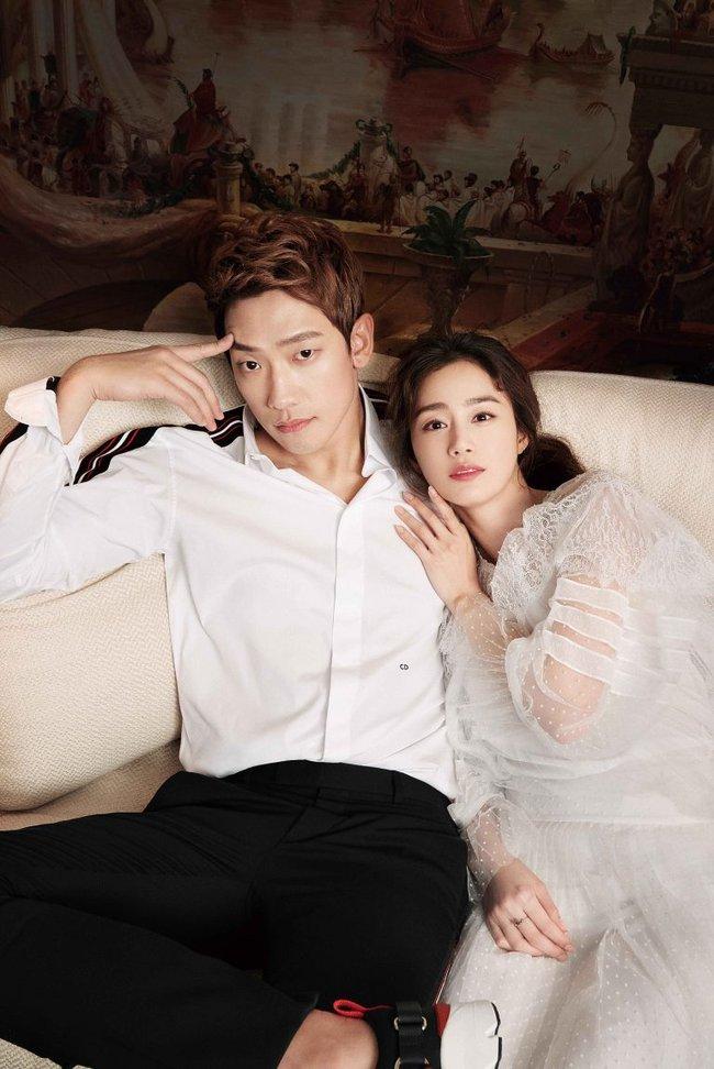 Kim Tae Hee và Bi Rain lộ khoảnh khắc chăm sóc nhau mùi mẫn hiếm hoi trên bìa tạp chí - ảnh 1
