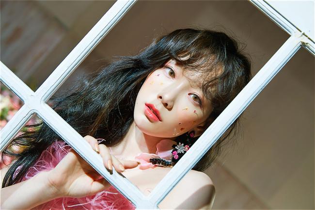 Các idol xứ Hàn tích cực sống ảo với kiểu makeup dính hoa khô, sticker lên mặt vừa xinh vừa nghệ - Ảnh 1.