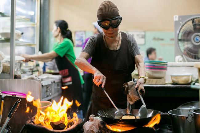Món trứng rán đáng thử nhất Bangkok: Quán vỉa hè, giá 500.000 đồng/đĩa mà vẫn đông khách - Ảnh 2.