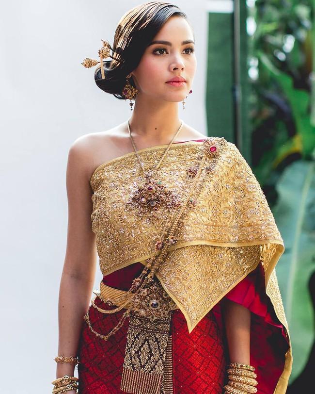 Vẻ đẹp thần thánh của các mỹ nhân hàng đầu Thái Lan trong trang phục truyền thống đón Tết Songkran - Ảnh 1.