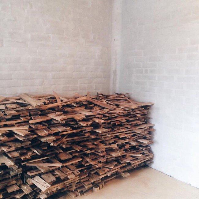 Thu thập các mảnh gỗ vụn bỏ đi, người đàn ông biến sàn nhà thành một tác phẩm nghệ thuật đẹp ngỡ ngàng - Ảnh 1.
