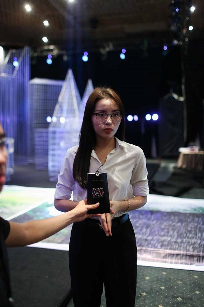 Kỳ Duyên diện sơmi trắng giản dị, chuẩn bị làm vedette trong đêm diễn thứ 2 của VIFW Xuân Hè 2017 - Ảnh 1.