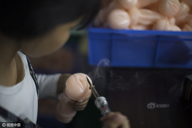 Cuộc sống của nữ công nhân vừa tròn 18 tuổi trong công xưởng sản xuất đồ chơi tình dục ở Trung Quốc - Ảnh 10.