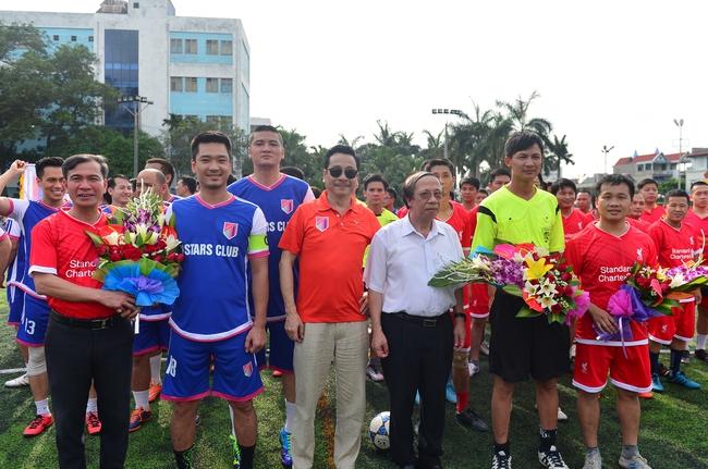 Đội bóng của cha con Phan Thị rủ nhau đi làm từ thiện - Ảnh 1.