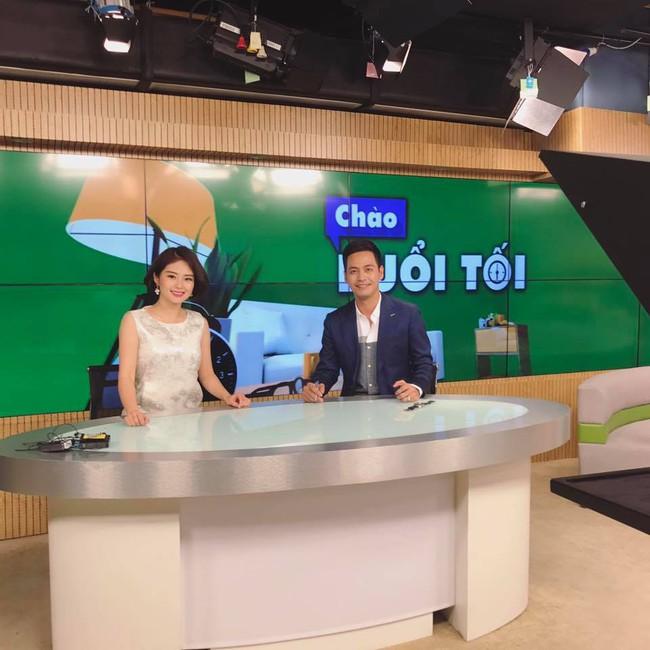 MC Phan Anh lần đầu dẫn thời sự sau tin đồn cấm sóng VTV - Ảnh 3.