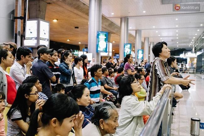 Sân bay Tân Sơn Nhất những ngày gần Tết: Hàng trăm ánh mắt ngóng chờ người thân trở về